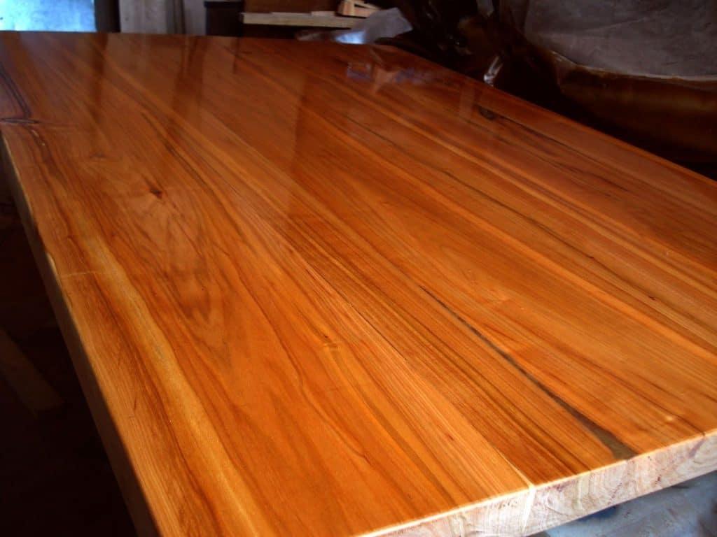 Кухонный стол, покрытый лаком