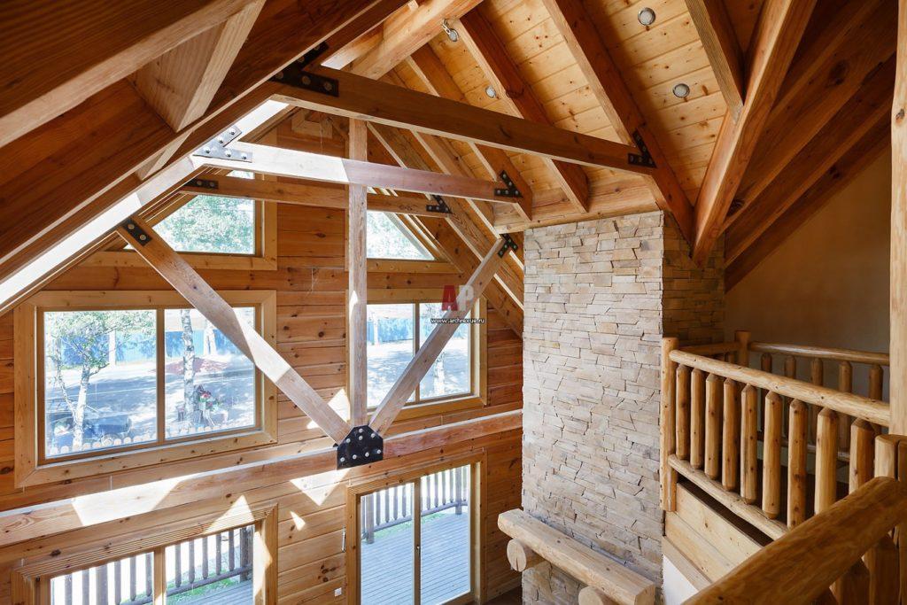 Высокий потолок в деревянном доме