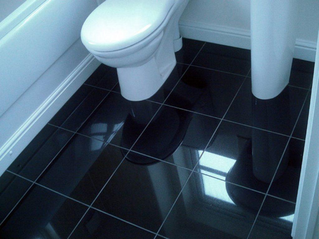 пол в туалете в деревянном доме