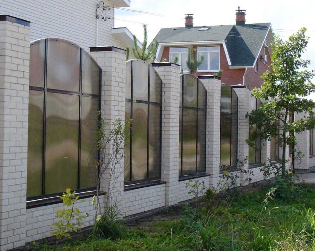 Кирпичный забор из поликарбоната